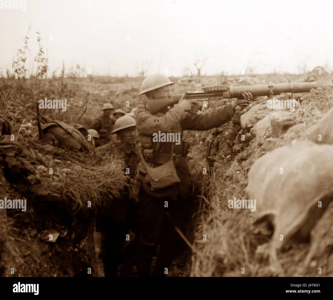 WW1 Battle of the Somme - Lewis gun in action in front line trench near Ovillers, France - July 1916 Stock Photo