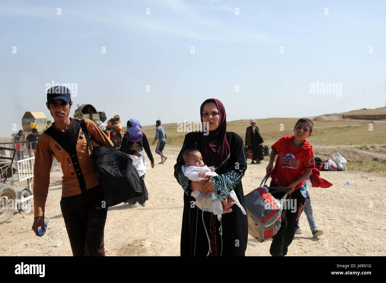 Mosul. 9th May, 2017. Iraqi civilians arrive at the northwestern suburb of Mosul after fleeing the ongoing battle - Stock Image