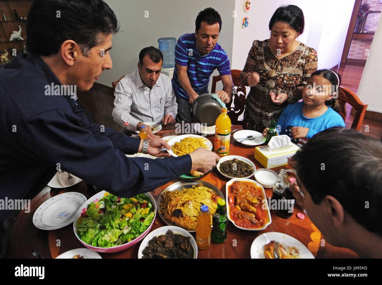 (170511) -- YIWU, May 11, 2017 (Xinhua) -- Iranian businessman Hamid Dehgh and his family treat their Iranian relatives - Stock Image