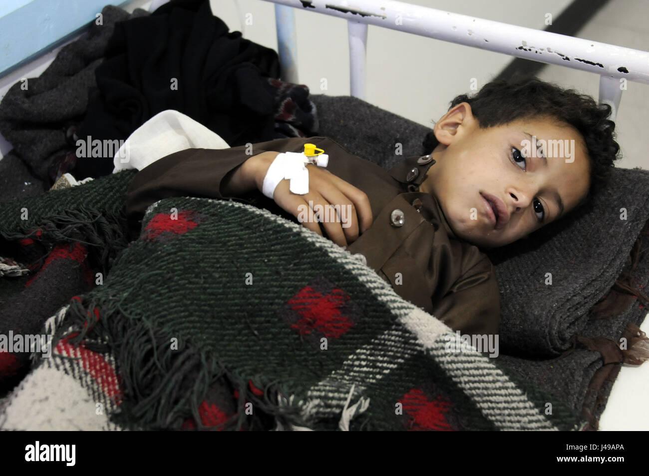 Sanaa, Yemen. 10th May, 2017. A boy suffering from cholera gets treatment in a hospital in Sanaa, Yemen, on May - Stock Image