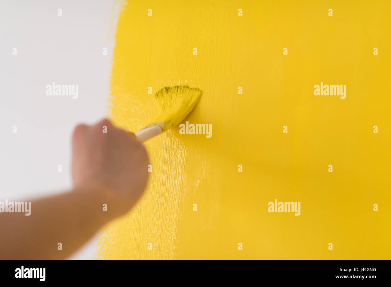Decorator\'s hand painting wall with brush Stock Photo: 140352284 - Alamy