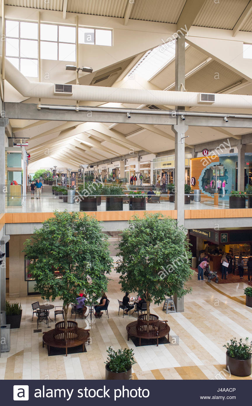 Bellevue Square Mall >> People In The Center Court Of The Bellevue Square Shopping Center