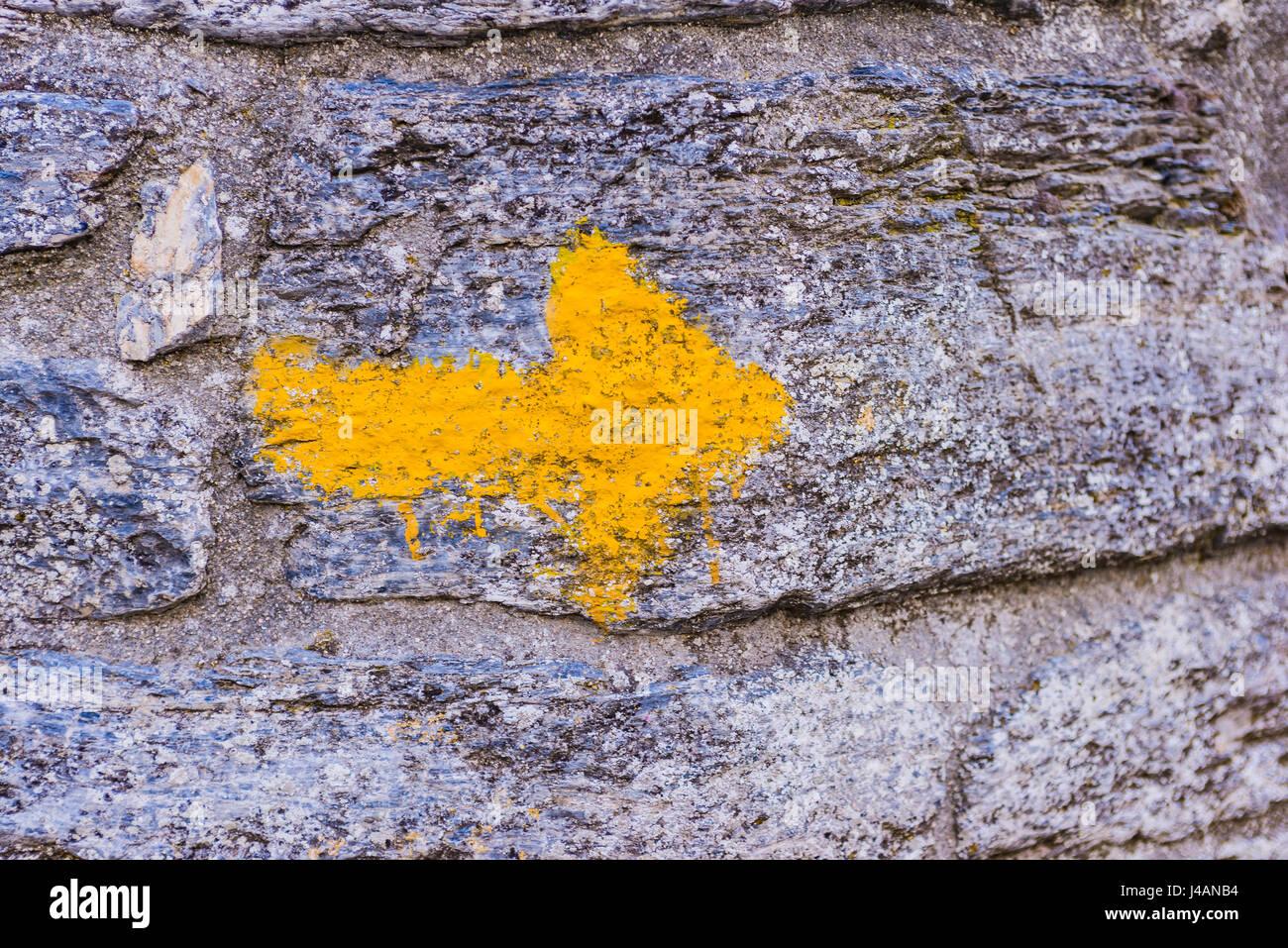 Yellow arrow sign, Way of St. James. O Cebreiro, Pedrafita do Cebreiro, Lugo, Galicia, Spain, Europe - Stock Image