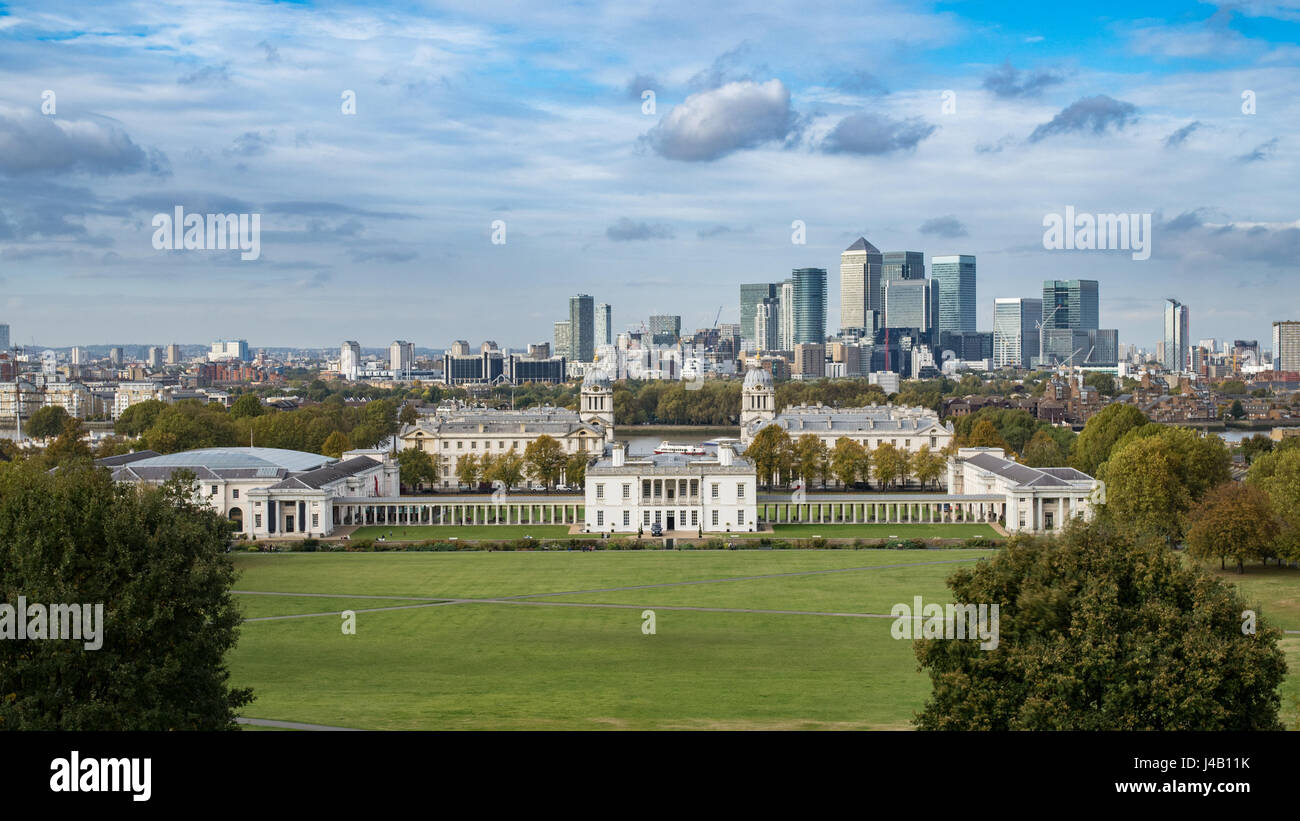 The Old Royal Naval College and the Queen's house in Greenwich, London, with the financial district of the Docklands - Stock Image