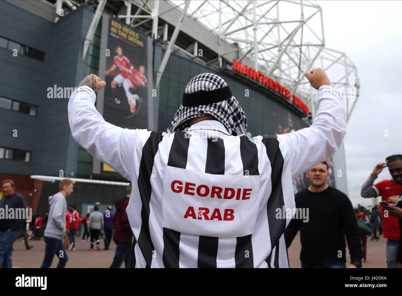 Newcastle to be sold aka Mole's favourite new thread - Page 7 Geordie-arab-newcastle-fan-manchester-united-fc-v-newcast-old-trafford-J4D5RA