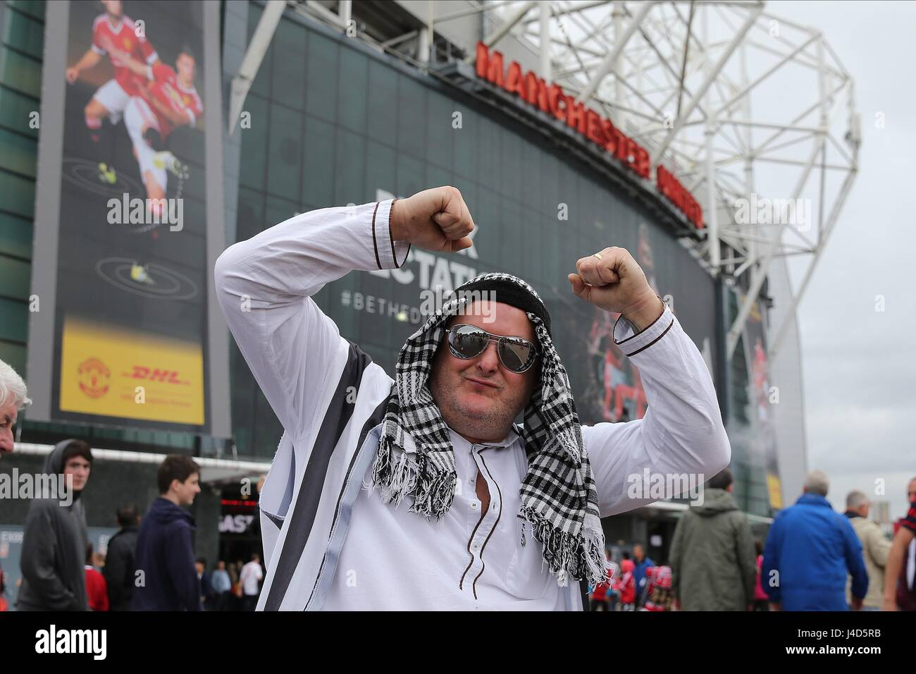 Newcastle to be sold aka Mole's favourite new thread - Page 7 Geordie-arab-newcastle-fan-manchester-united-fc-v-newcast-old-trafford-J4D5RB