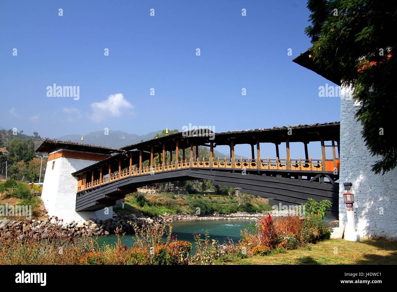 PUNA MOCCHU BAZAM : Antique  wooden bridge at Punakha Dzong Monastery or Pungthang Dewachen Phodrang (Palace of - Stock Image