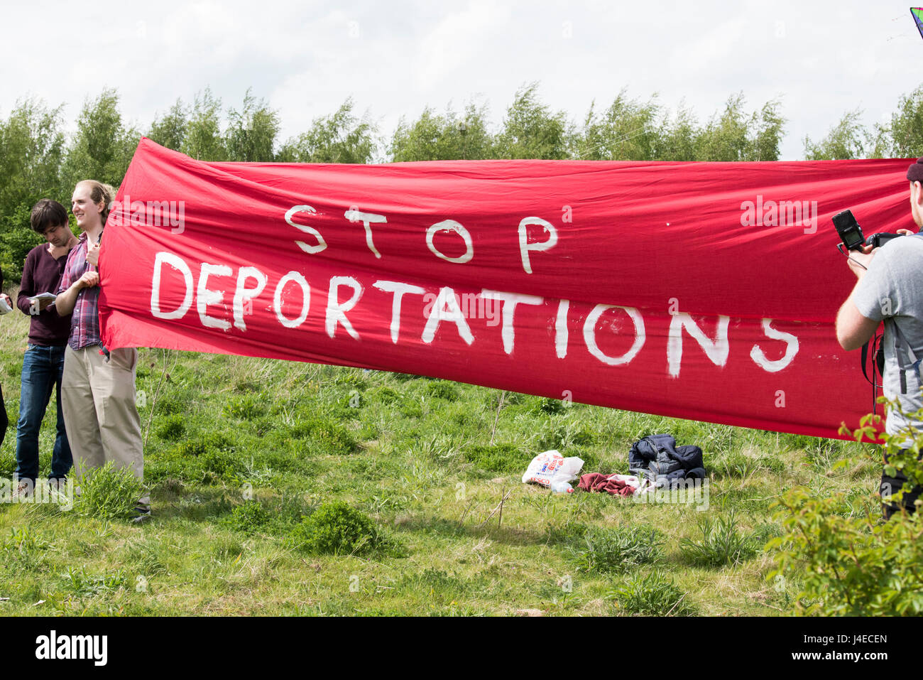 Bedfordshire, UK. 13th May 2017. Several hundred protesters have gathered at the Yarl's Wood Immigration Detention - Stock Image