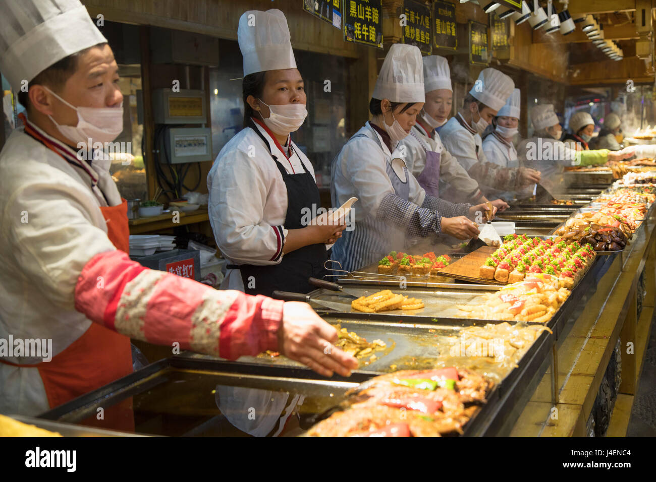 Chefs in food centre, Lijiang, UNESCO World Heritage Site, Yunnan, China, Asia - Stock Image