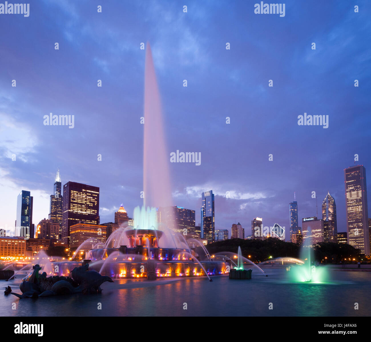 The spectacular Buckingham Fountain at night, in summer, in Grant Park in Chicago, Illinois. - Stock Image