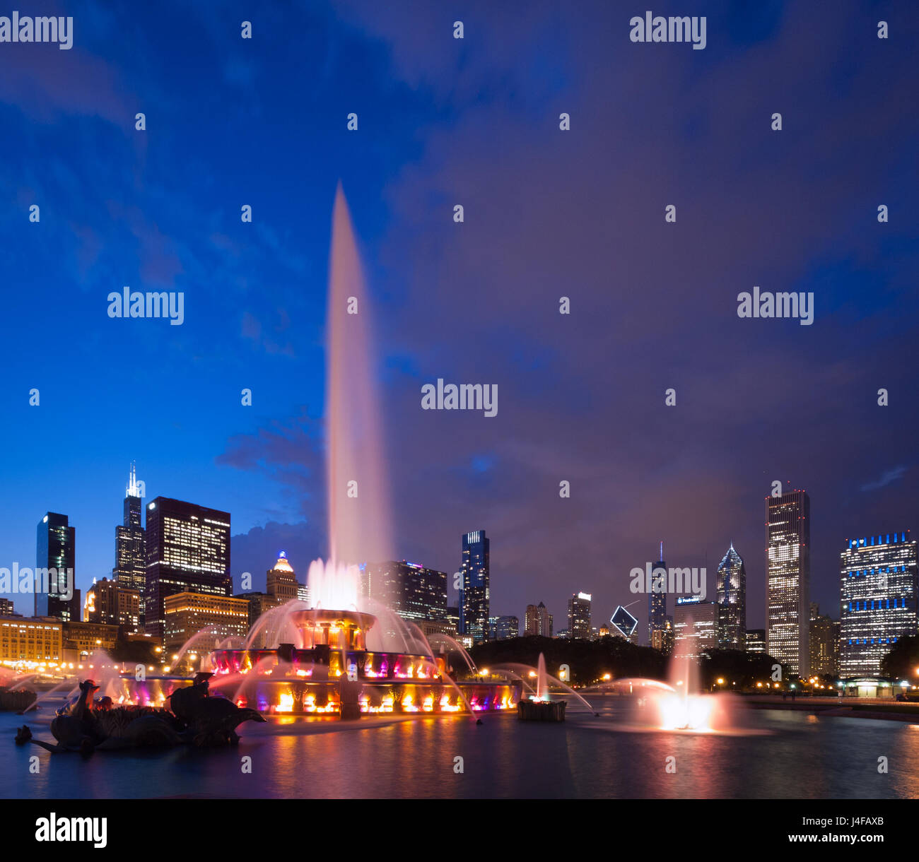 The spectacular Buckingham Fountain at night, in summer, in Grant Park in Chicago, Illinois. Stock Photo