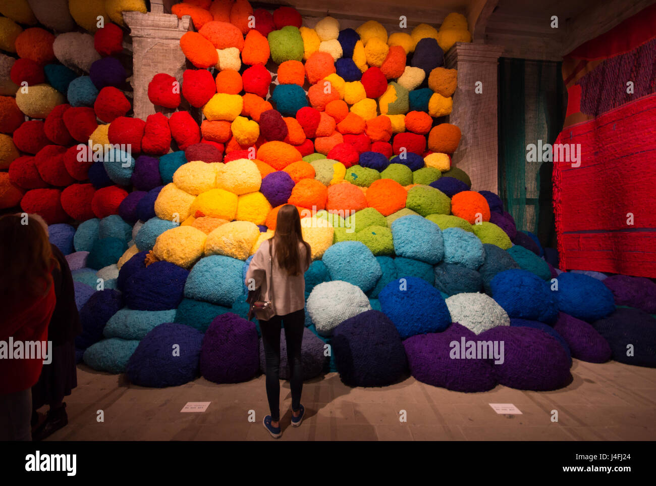 Sheila Hicks, Escalade Beyond Chromatic Lands, installation, 57th Venice Art Biennale 2017, core exhibition at Arsenale - Stock Image