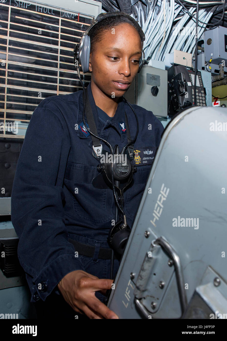 160701-N-TO519-047 ATLANTIC OCEAN (July 1, 2016) Operations Specialist 3rd Class Jenise Collier monitors a radar - Stock Image