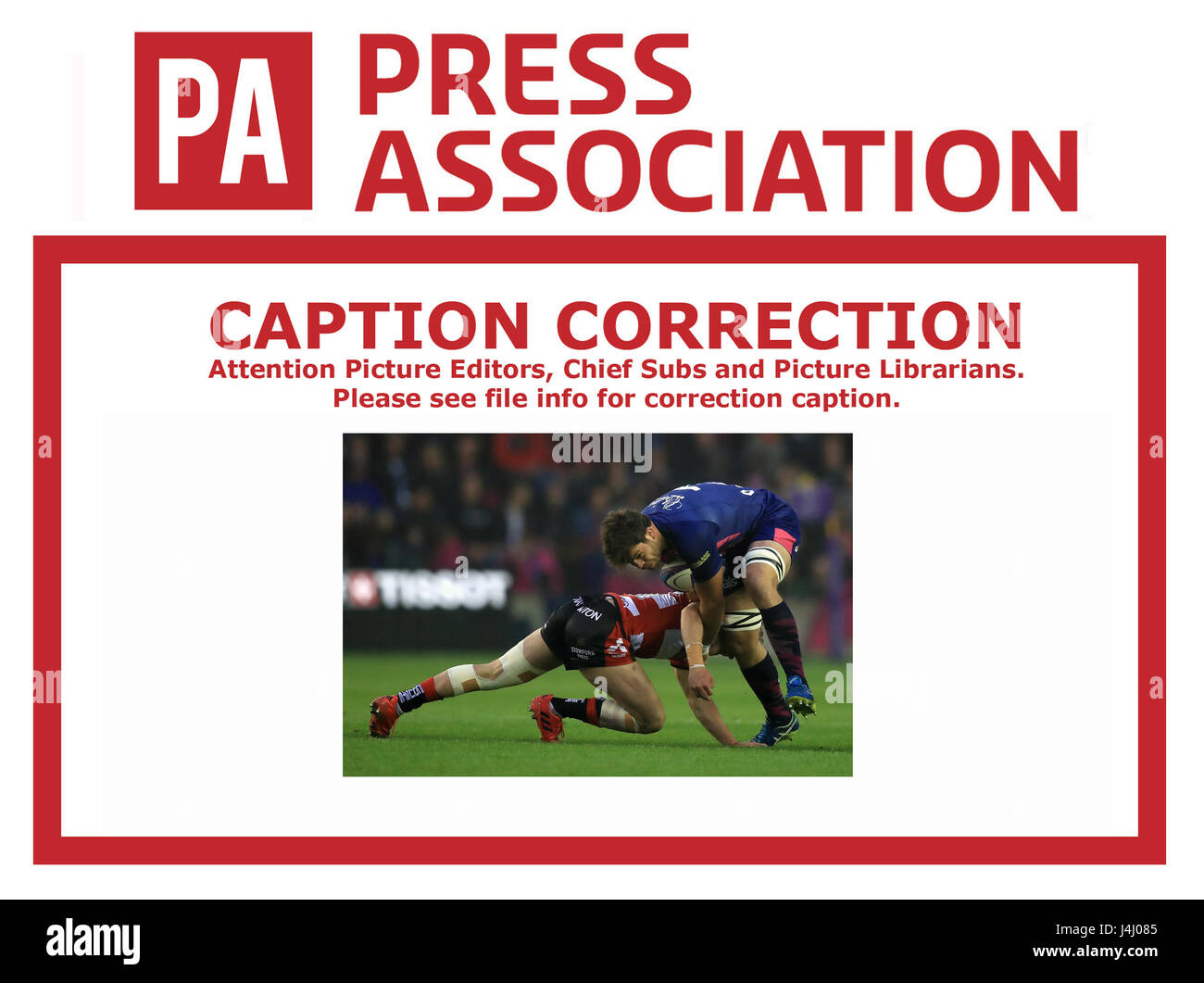 CAPTION CORRECTION CORRECTING Gloucester Rugby's Mark Atkinson (left) tackles Stade Francais' Hugo Bonneval - Stock Image