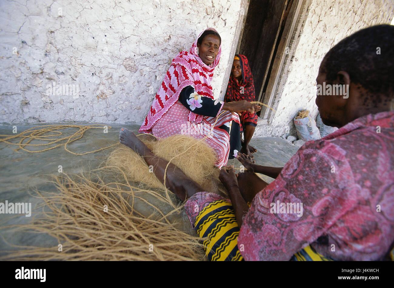 Tanzania, island Zanzibar, east coast, Bwejuu, women, coconut palm fibers, process, rope production, no model release - Stock Image