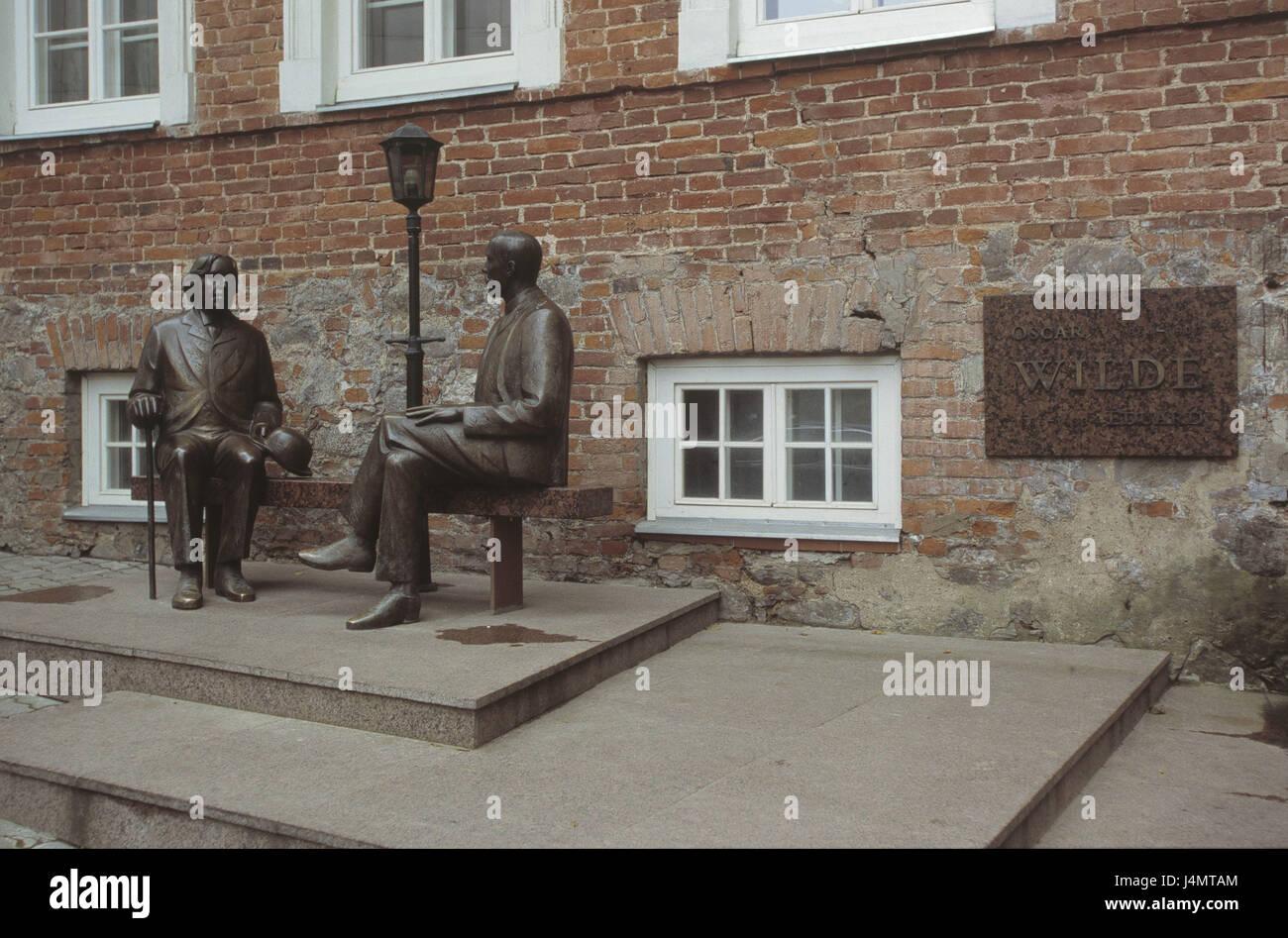 Estonia, Tartu, 'wild Irish pub', bronze characters, authors Eduard Wilde and Oscar wild Europe, Nordosteuropa, - Stock Image
