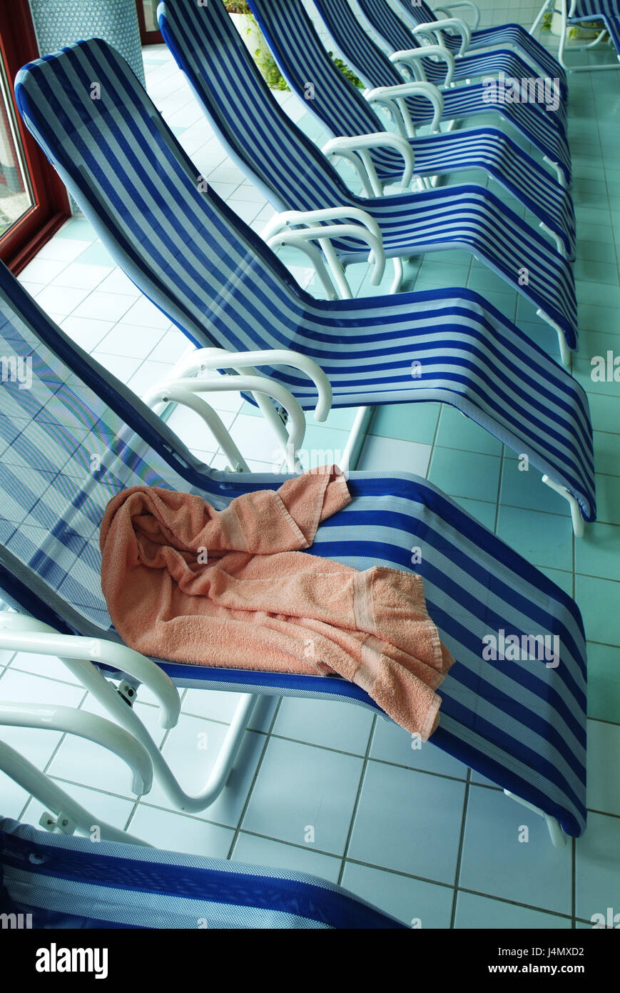 Swimming-pool, deck chairs, towel indoor swimming pool, lying, chairs, comfortably, rest, détente, leisure - Stock Image