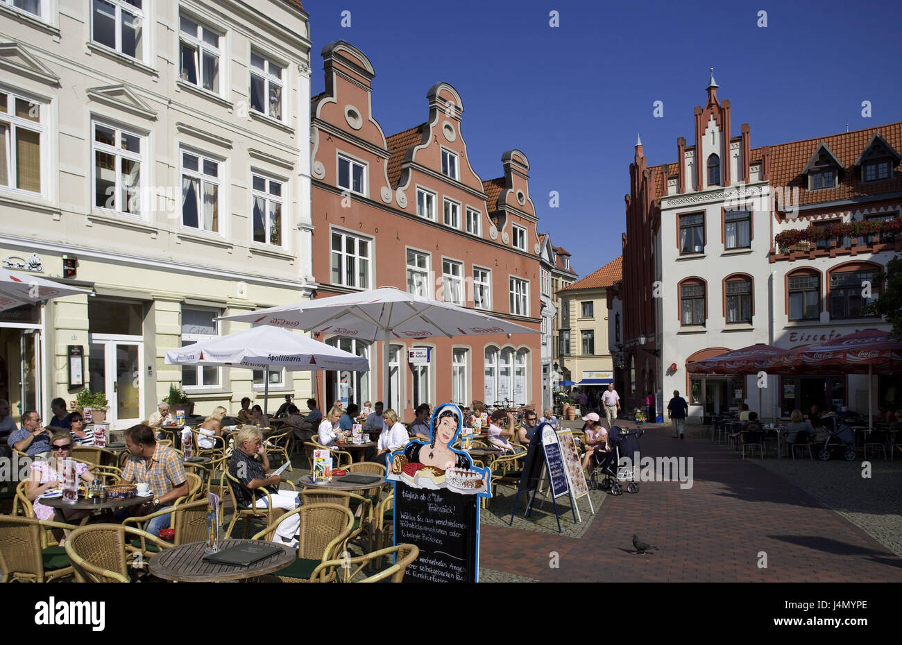 Germany, Mecklenburg-West Pomerania, Hanseatic town Wismar, marketplace, street bars, guests, - Stock Image