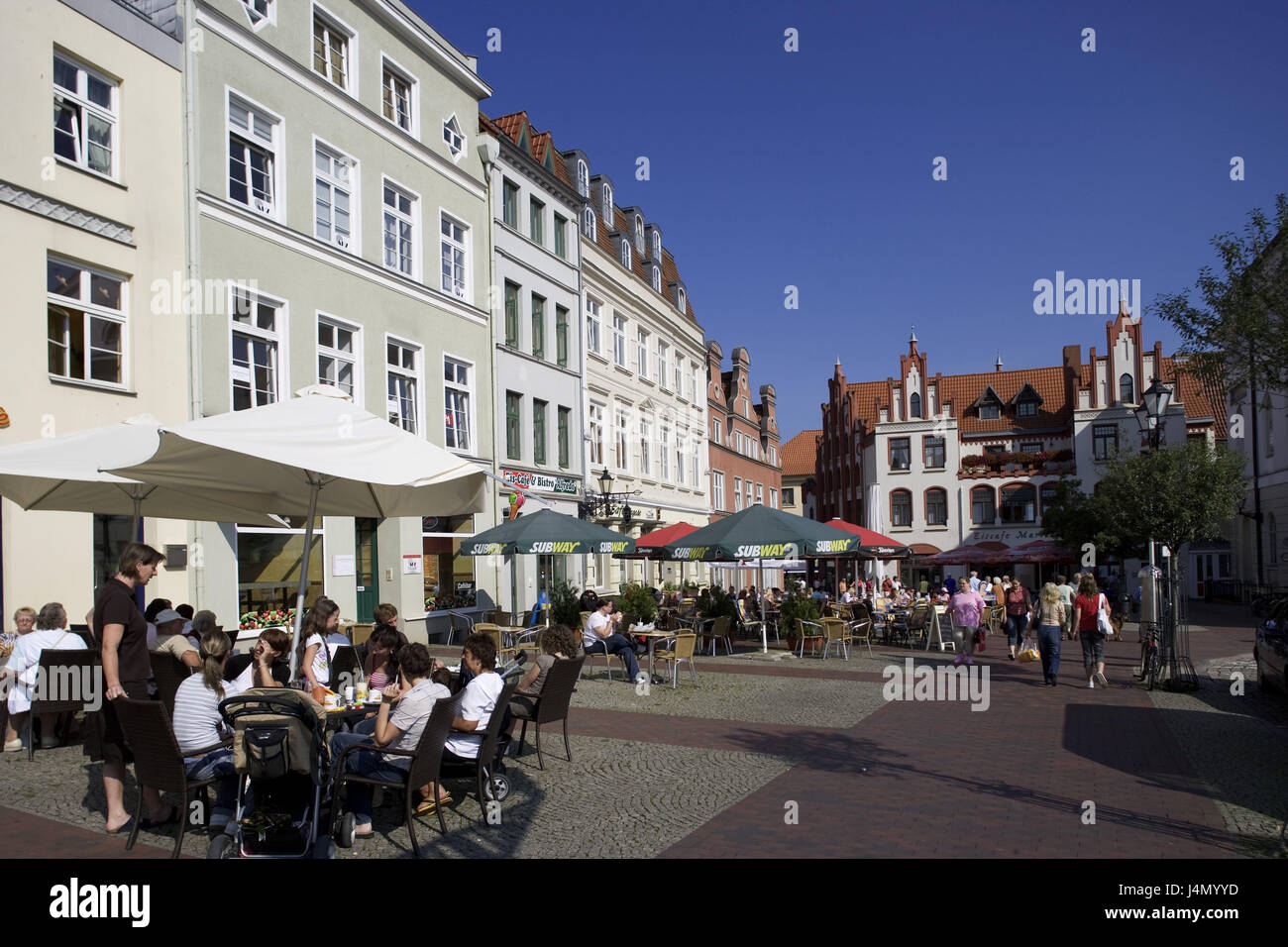 Germany, Mecklenburg-West Pomerania, Hanseatic town Wismar, marketplace, street bars, guests, passers-by, - Stock Image