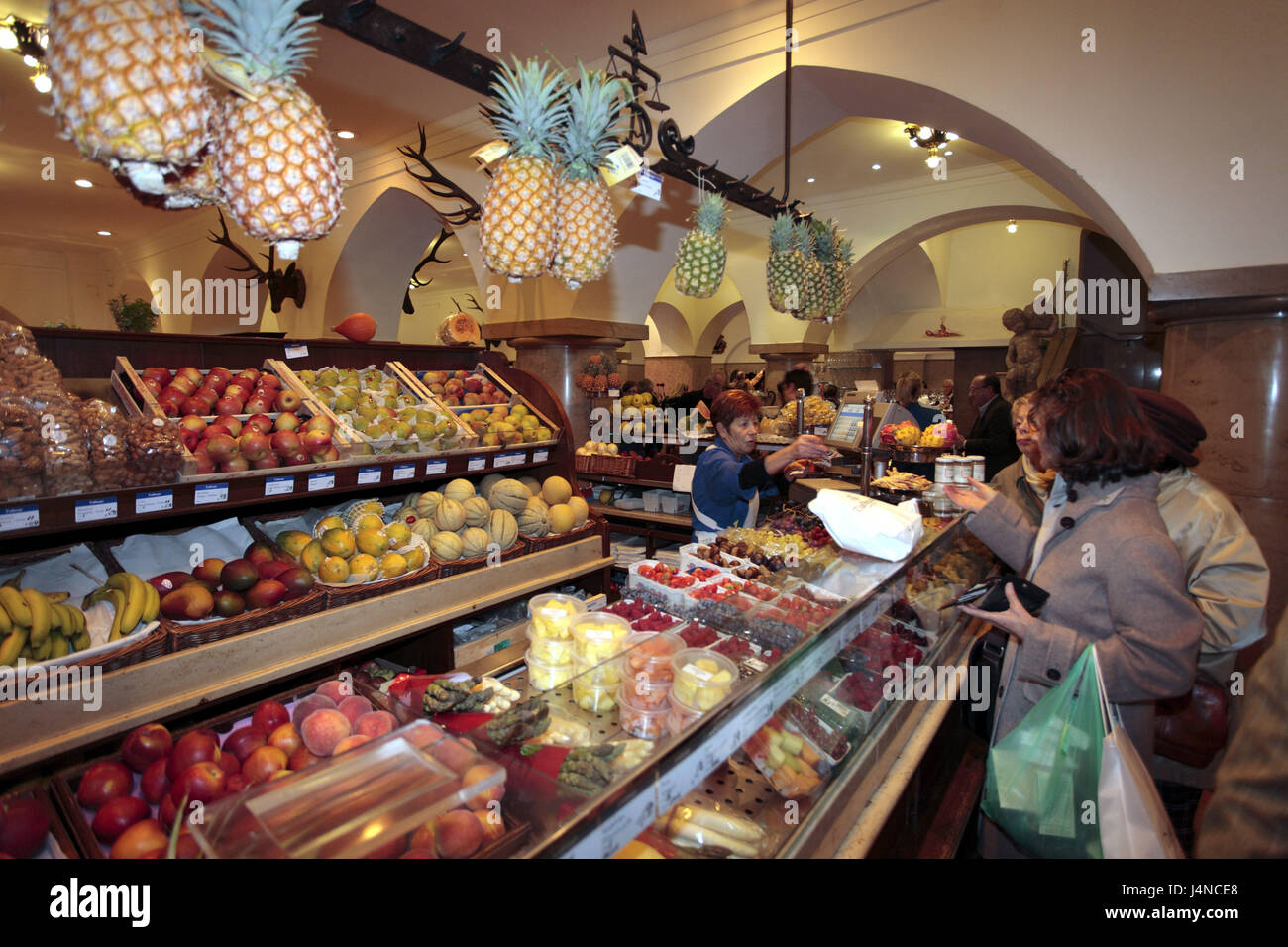 Germany, Bavaria, Munich, 'Feinkost Dallmayr', fruit stall, customer, shop assistant, - Stock Image