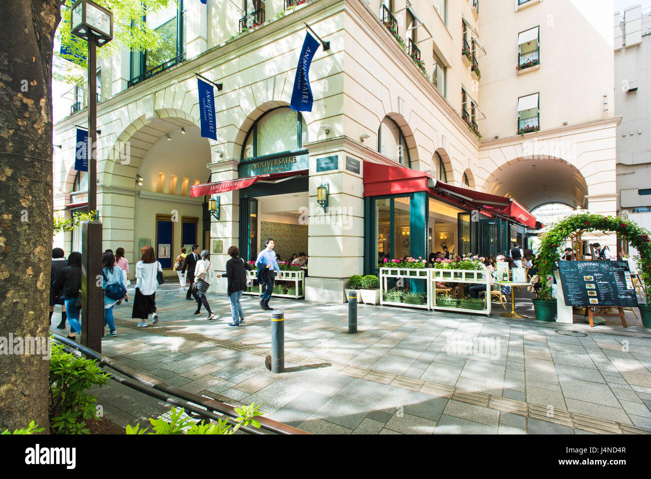 Omotesando shopping street showing the Anniversaire Building and cafe in Tokyo, Japan - Stock Image