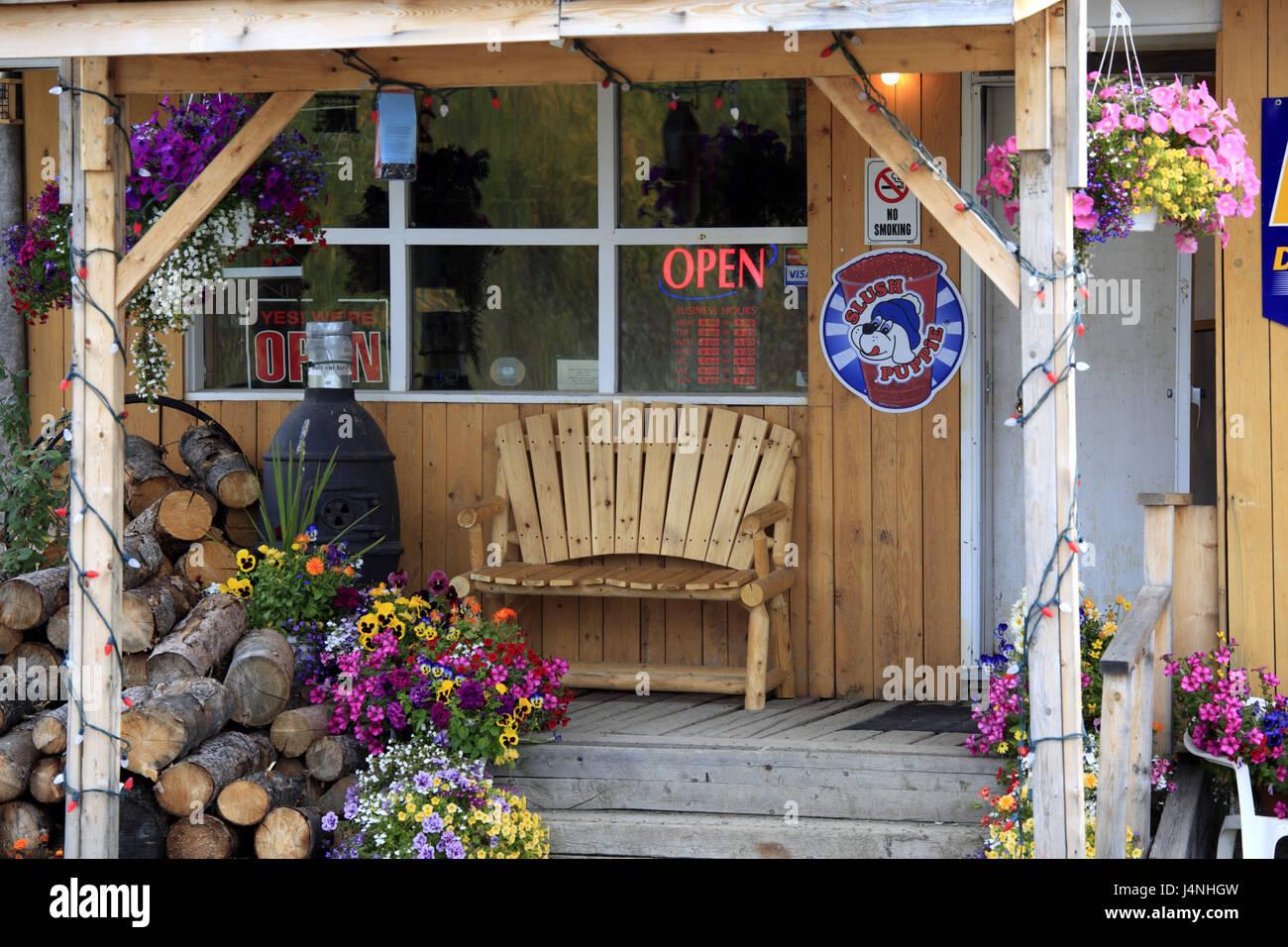 North America, Canada, Yukon territory, Beaver Creek, bar, restaurant, outside, - Stock Image