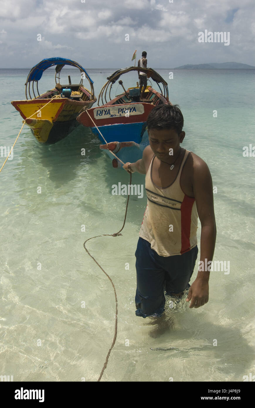 Man, young, drag, boats, coast, Indian ocean, Havelock Insel, Andamanen, India, no model release, - Stock Image