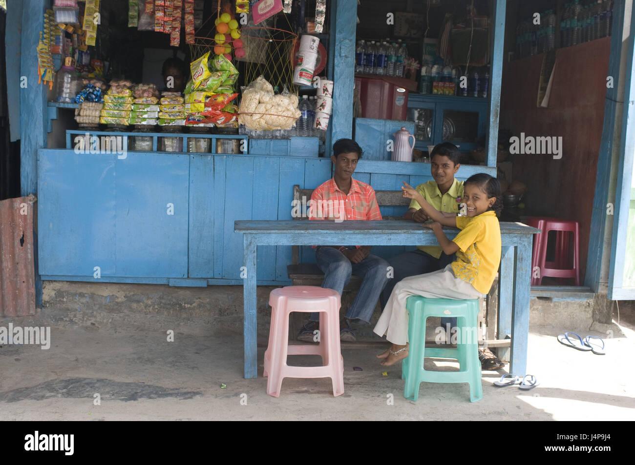 Market stall, man, children, table, sit, Havelock Insel, Andamanen, India, - Stock Image