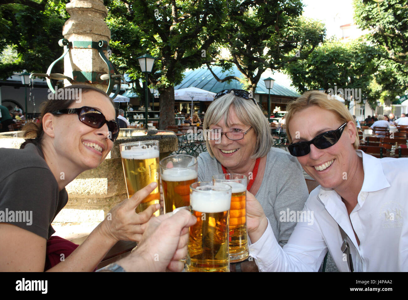 Austria, Linz, beer garden, three women, beer mugs, kick off, town, tourism, outside, cloister court, beer, fun, - Stock Image