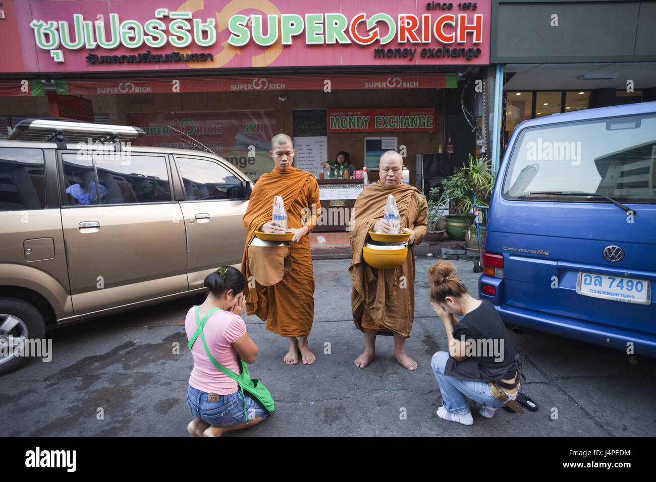 Thailand, Bangkok, roadside, monks, beg, women, kneel, pray, - Stock Image