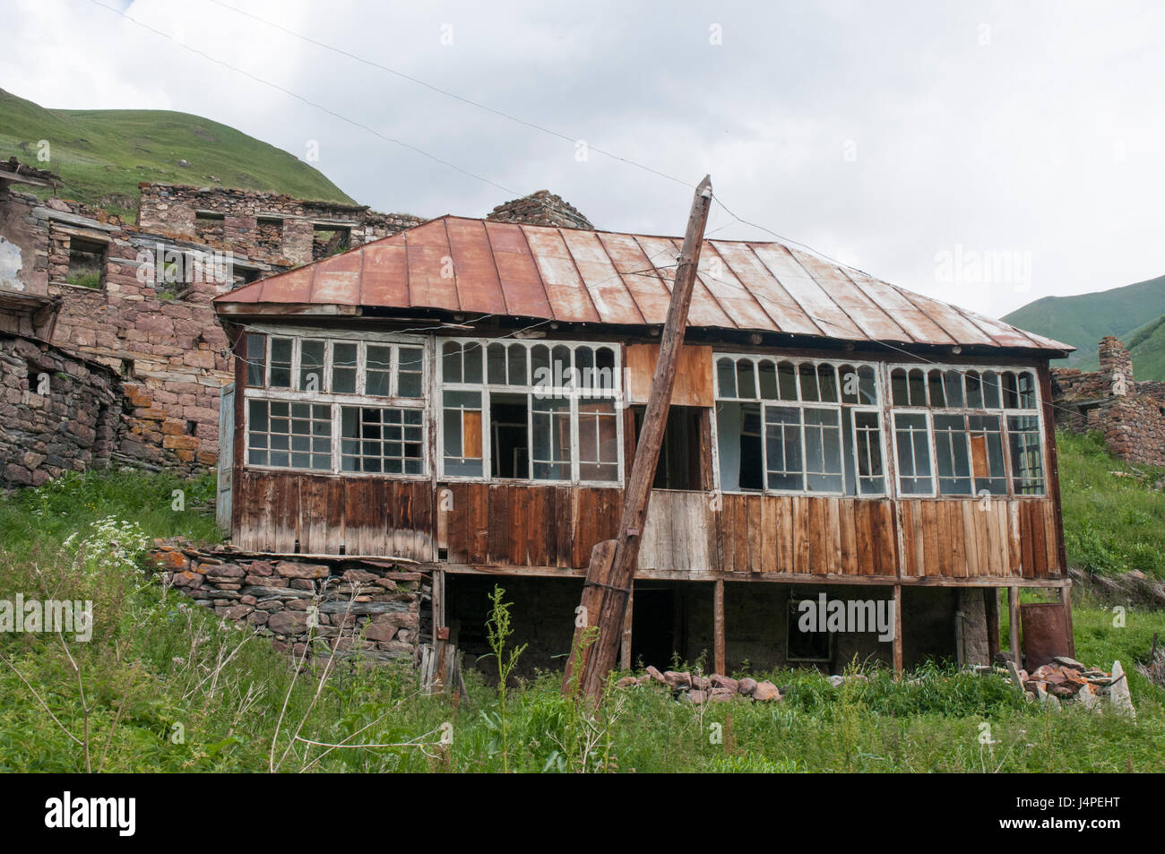 Homes abandoned by Ossetian villagers in the Truso Valley, Georgia, bordering the Russian-sponsored renegade territory - Stock Image