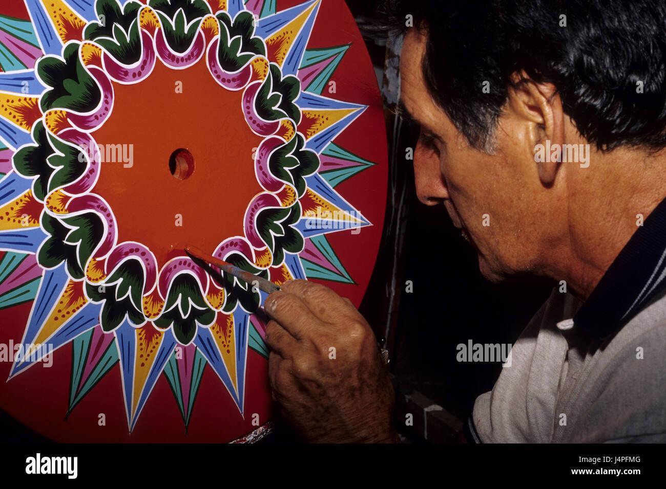 Costa Rica, Sarchi, man paints ox's carts, - Stock Image