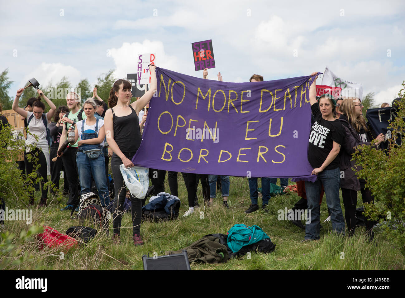 Milton Ernest, UK. 13th May, 2017. Campaigners against immigration detention communicate with detainees inside Yarl's - Stock Image