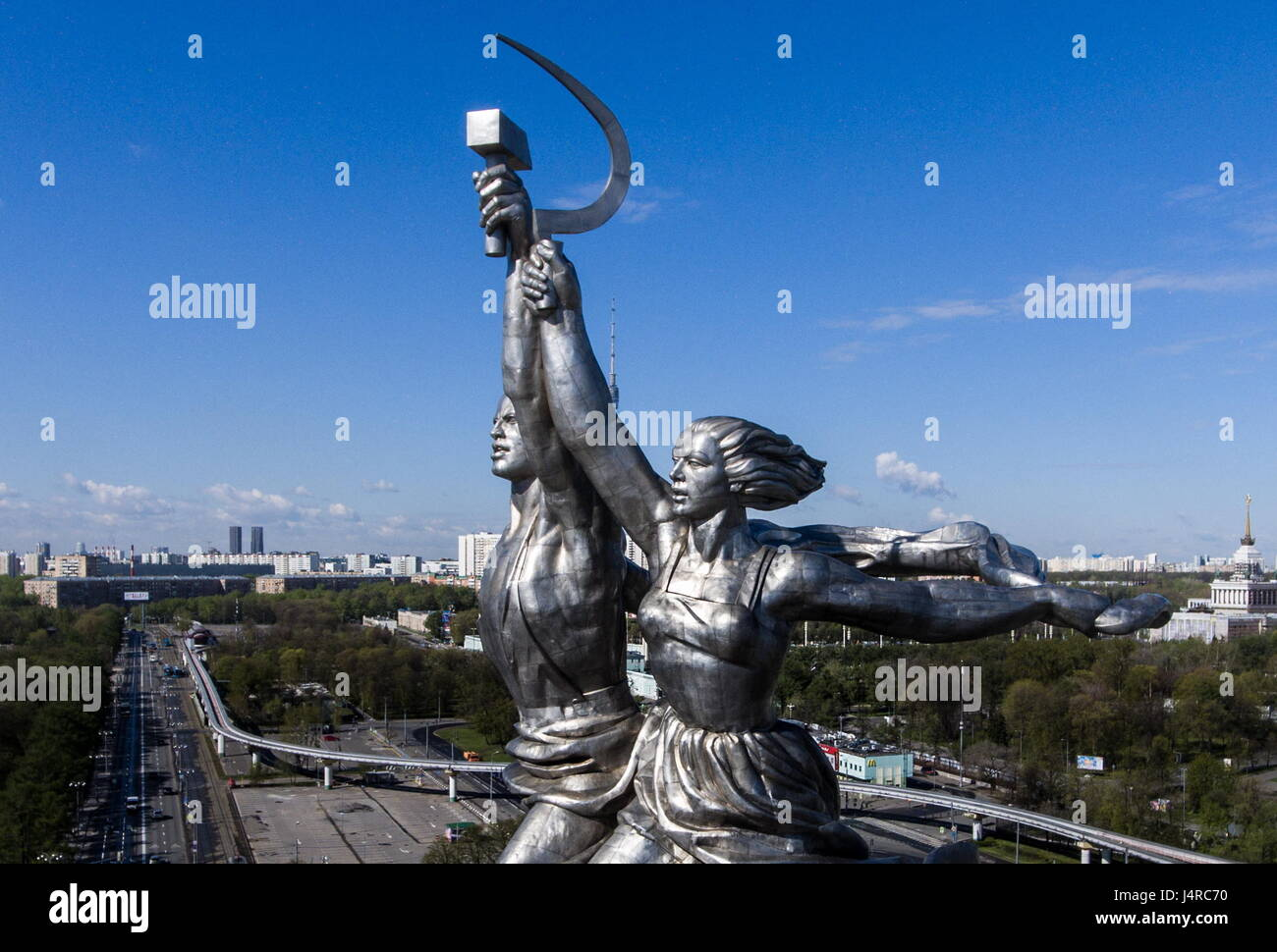 MOSCOW, RUSSIA - MAY 13, 2017: The statue of a worker and collective farm woman by Vera Mukhina at the main entrance - Stock Image