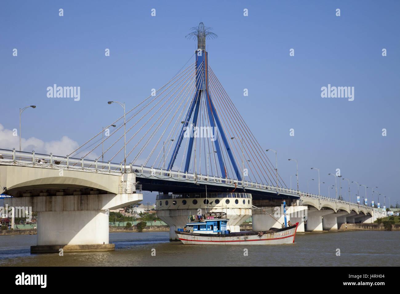 Vietnam, Danang, song Han Brücke and Han Fluss, ship, - Stock Image