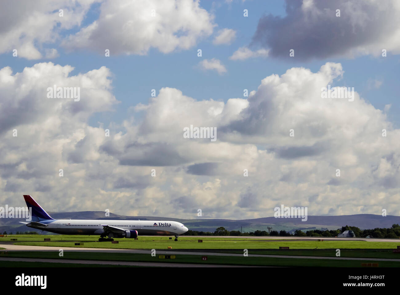 Delta Airlines plane at Manchester airport. Boeing 757-232 - Stock Image