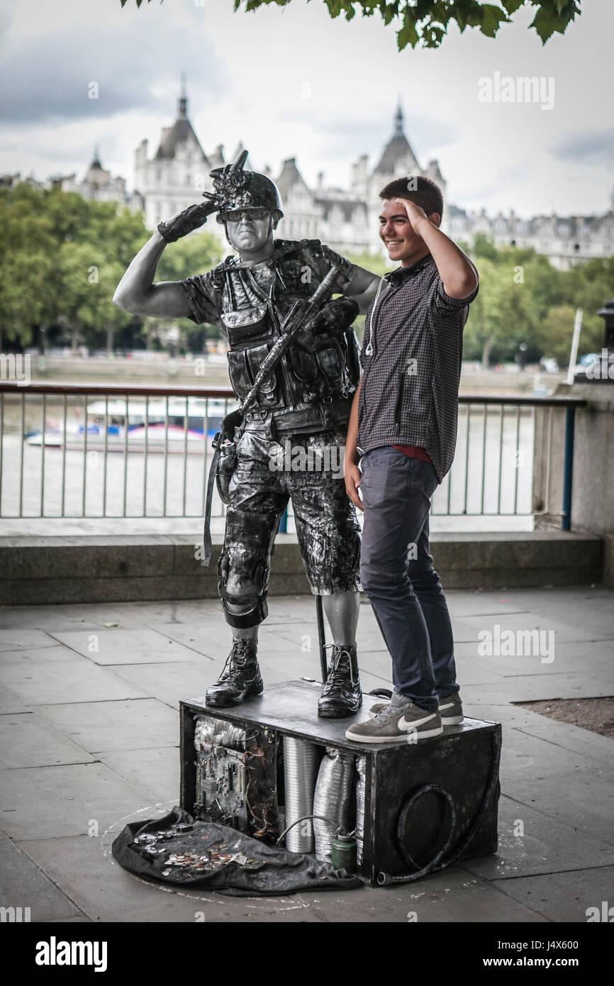 STREET PERFORMERS, LONDON, ENGLAND-19th AUG 2015:-Street artists performing on the London embankment for the tourists. - Stock Image