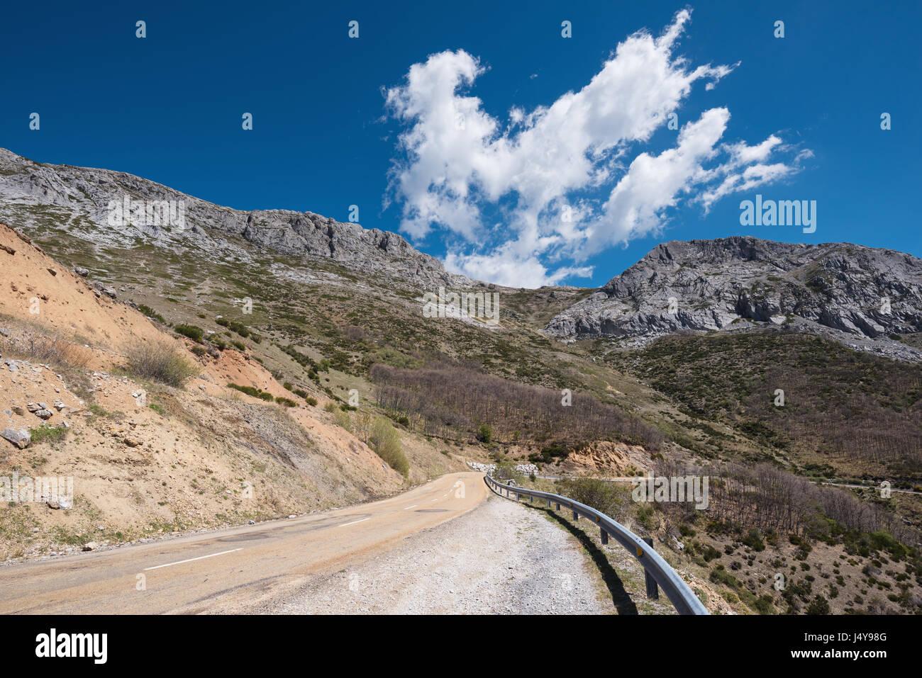 Mountain road in Palencia province, castilla y Leon, Spain. - Stock Image