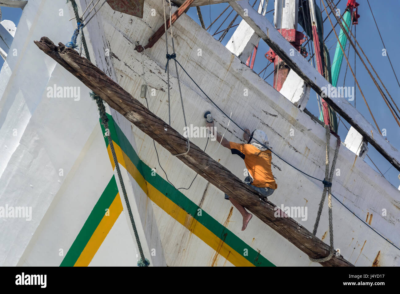 Endless job of sanding and painting a wooden pinisi, Sunda Kelapa Harbour, Jakarta, Indonesia - Stock Image