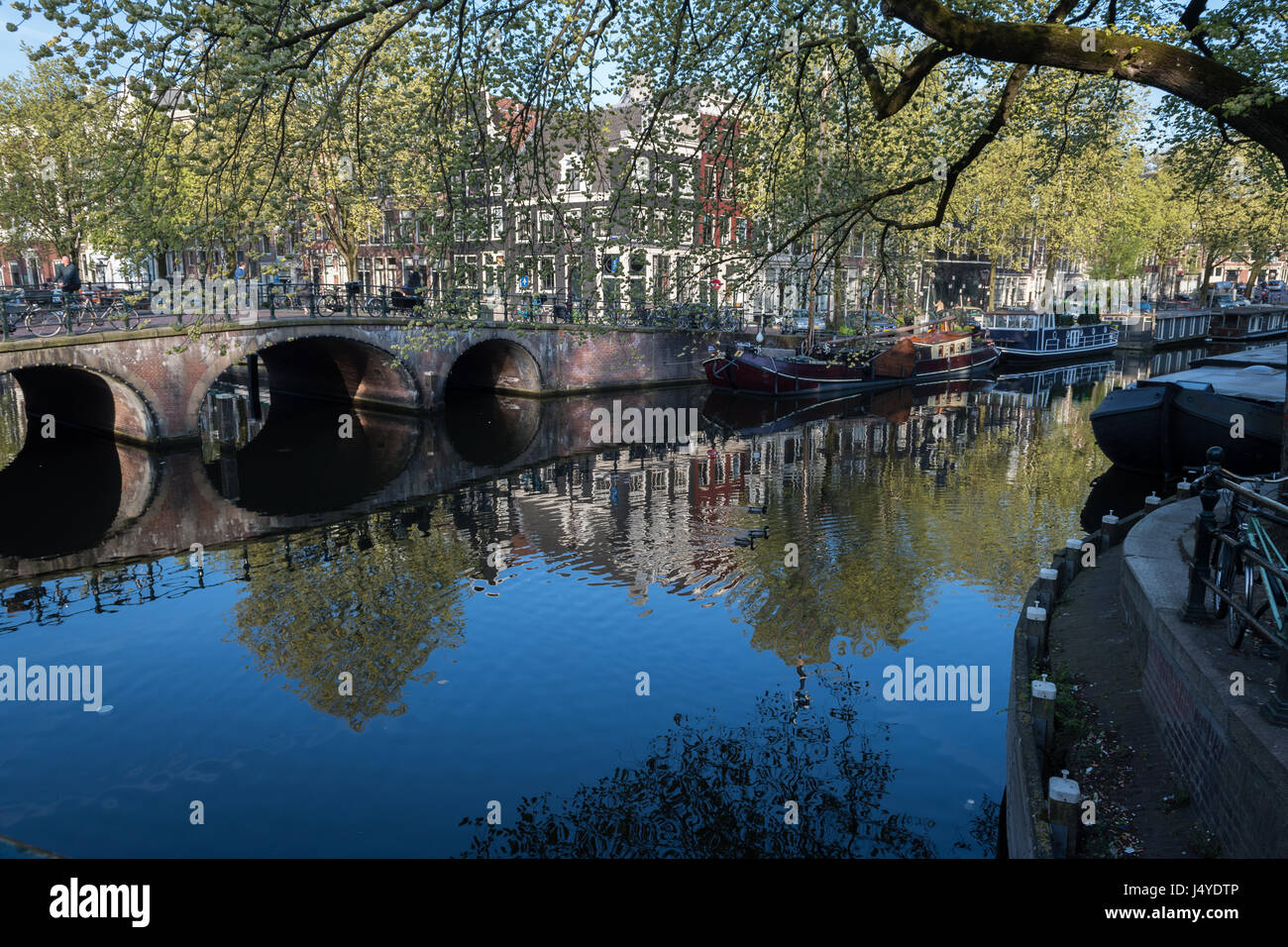 Houseboats in the spring sunshine on Brouwersgracht canal, Amsterdam - Stock Image