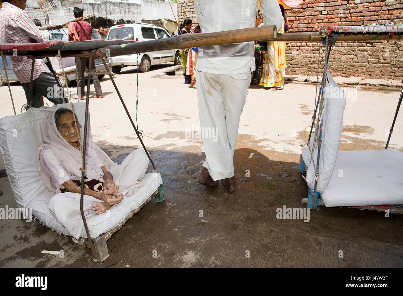 Porters carry old pilgrims of temple, mathura, uttar pradesh, india, asia - Stock Image