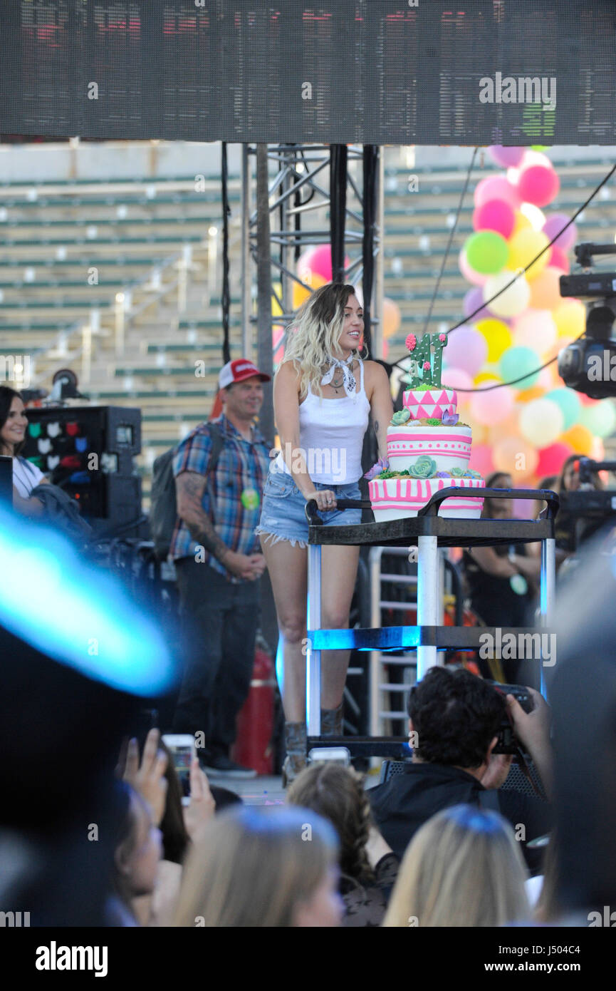 Miley Cyrus On Stage Presenting A Birthday Cake At The 2017 Kiis Fm