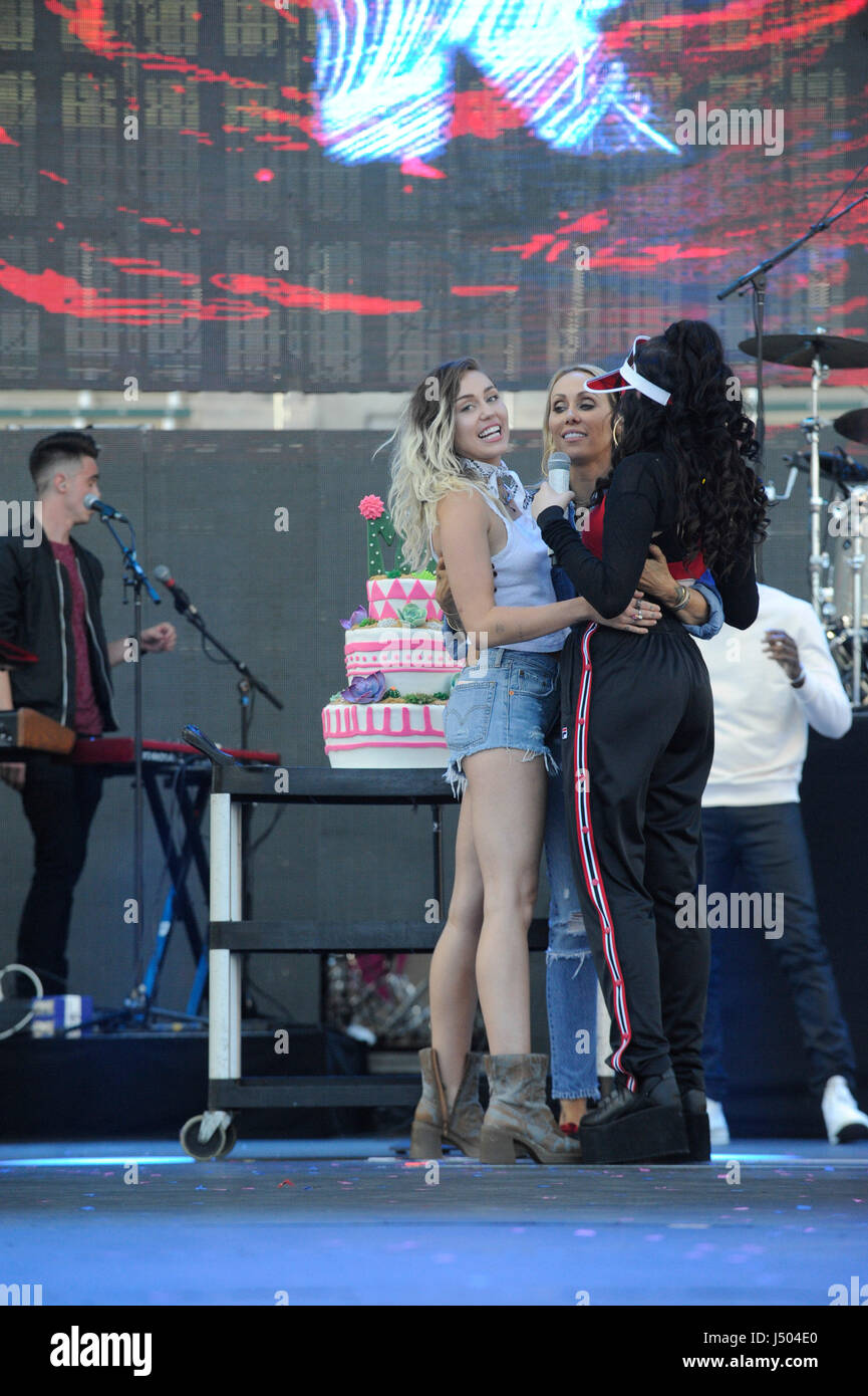 Miley Cyrus And Noah Cyrus On Stage Presenting A Birthday Cake To