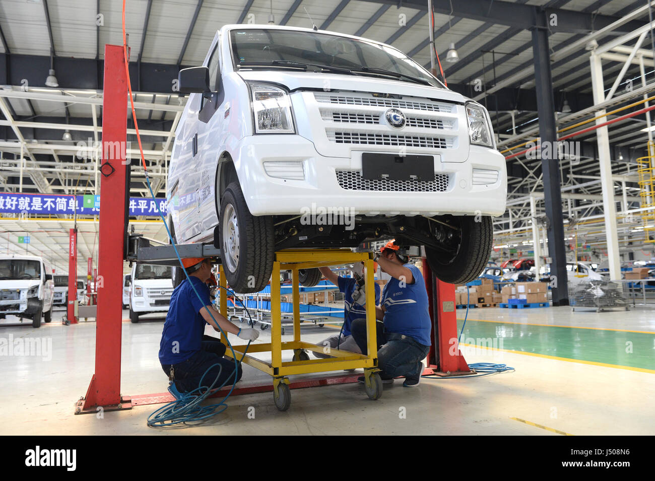Nantong, China's Jiangsu Province. 14th May, 2017. Workers install batterries for an electric vehicle at the - Stock Image