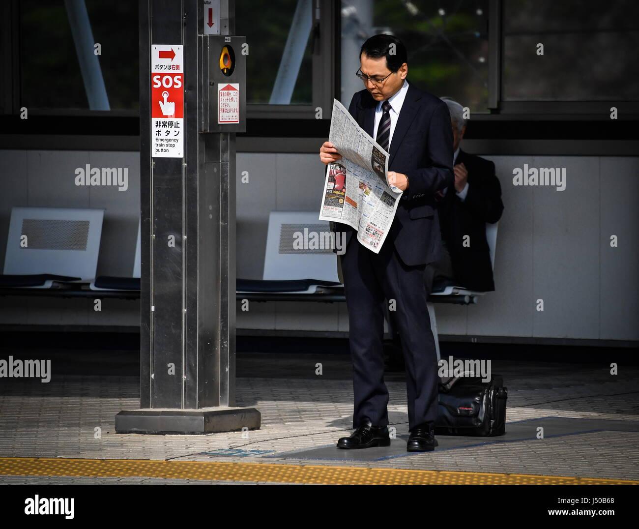 Odawara, Japan. 15th May, 2017. A passenger waiting for a Nozomi train of the Shinkansen high-speed railway lines - Stock Image
