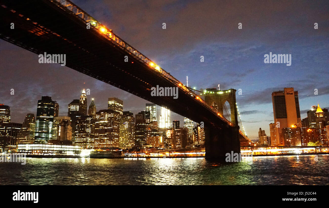 Brooklyn bridge and New York skyline at night - Stock Image