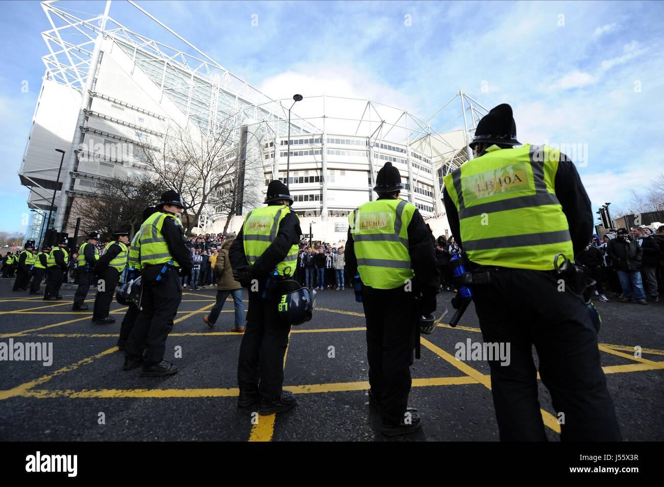 POLICE LINE OUTSIDE ST JAMES P NEWCASTLE FC V SUNDERLAND FC ST JAMES PARK NEWCASTLE ENGLAND 01 February 2014 - Stock Image