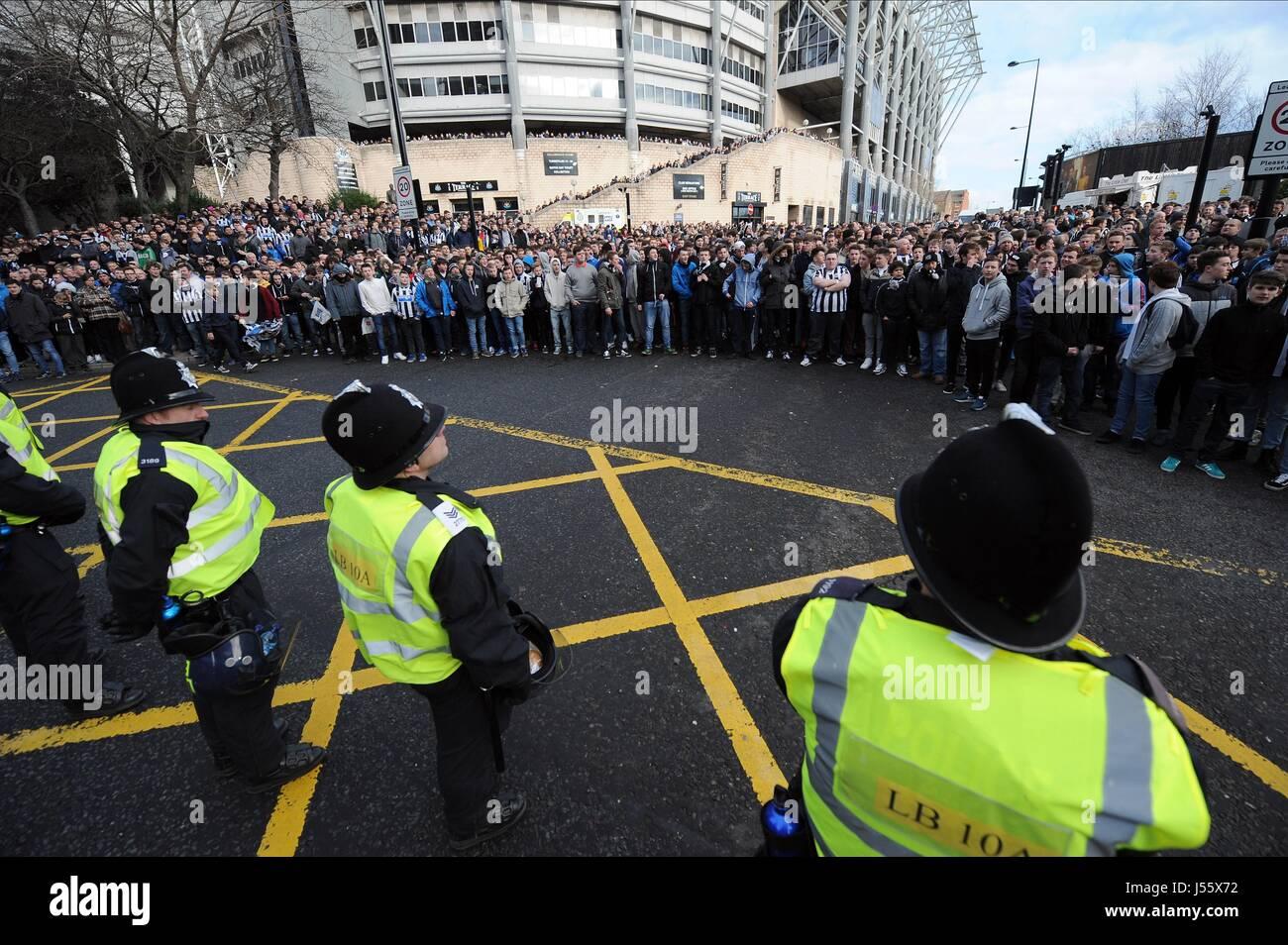 POLICE LINE NEWCASTLE FANS NEWCASTLE UTD V NEWCASTLE UTD V SUNDERLAND FC ST JAMES PARK NEWCASTLE ENGLAND 01 February - Stock Image