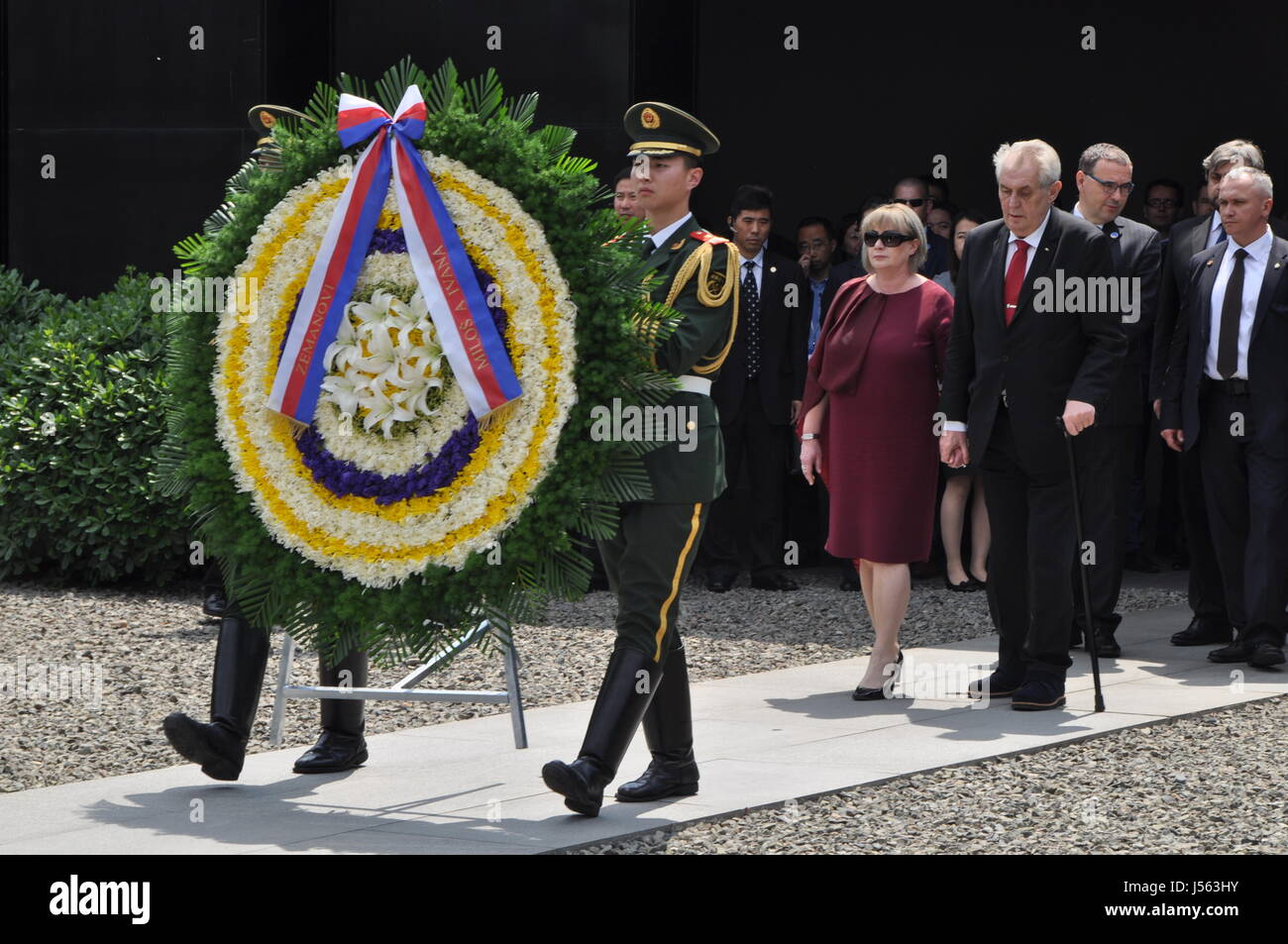 Nanking, China. 16th May, 2017. Czech President Milos Zeman (front right) and his wife Ivana (front left) laid on - Stock Image