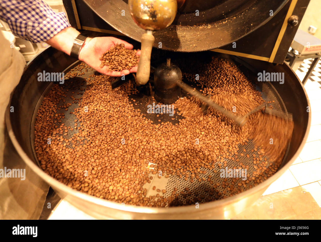 Roevershagen, Germany. 16th May, 2017. Rainer Martens shows how Arabica coffee is roasted in the coffee manufactory - Stock Image